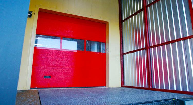 остекленные секционные ворота