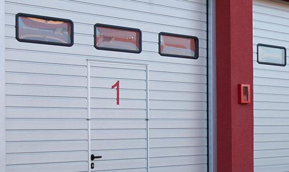 промышленные ворота с окнами прямоугольной формы