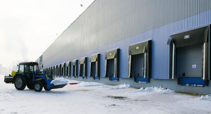 секционные ворота с перегрузочным оборудованием для склада