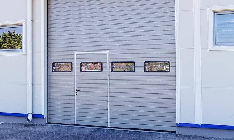 промышленные секционные ворота с калиткой